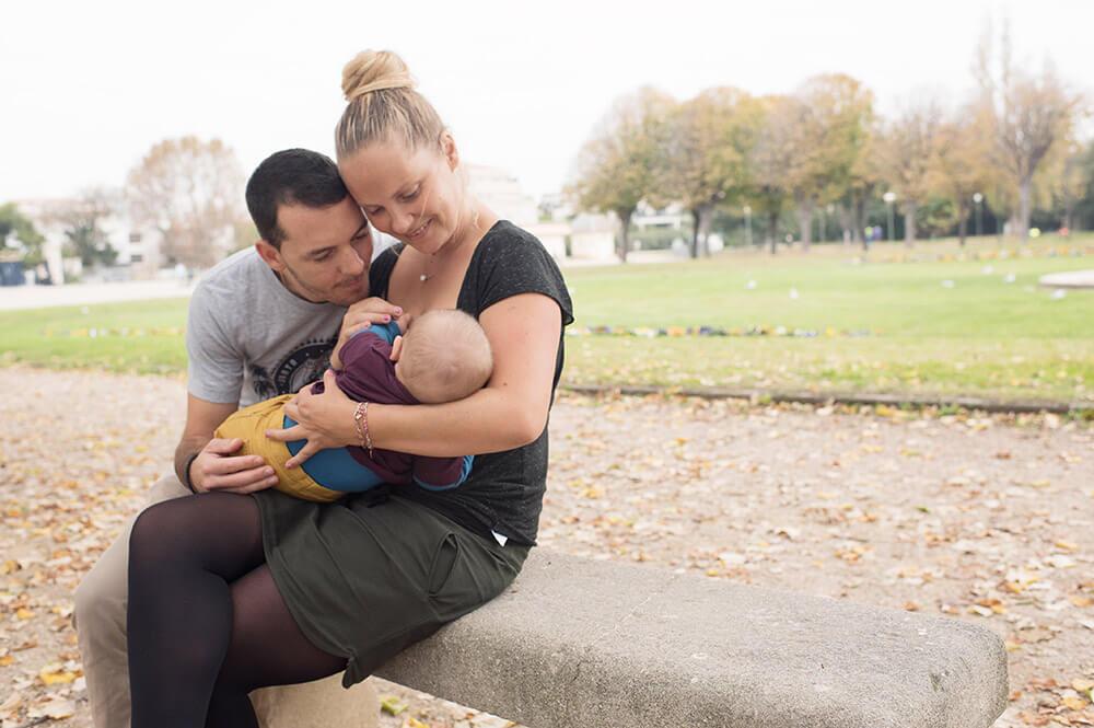 Pause ailletement sur un banc au parc.