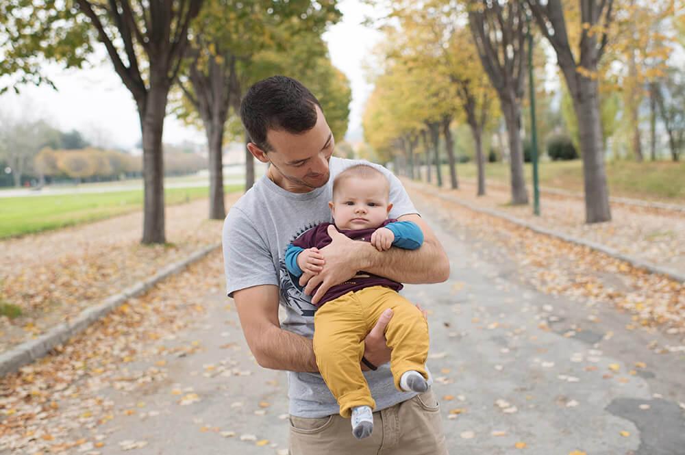 Portrait de bébé avec papa dans une allée du parc Borély