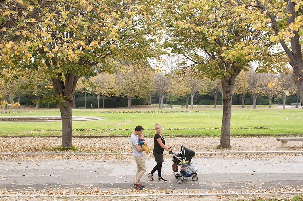 Famille entrain de marcher dans l'allée du Parc Borély.