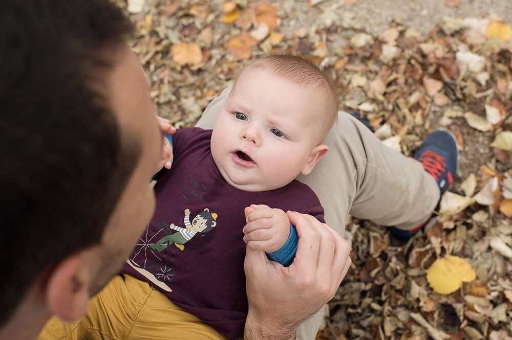 Portrait de bébé inquiet sur les genoux de papa.