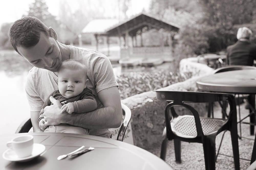 Portrait bébé au café du parc Borély. Photo noir et blanc.