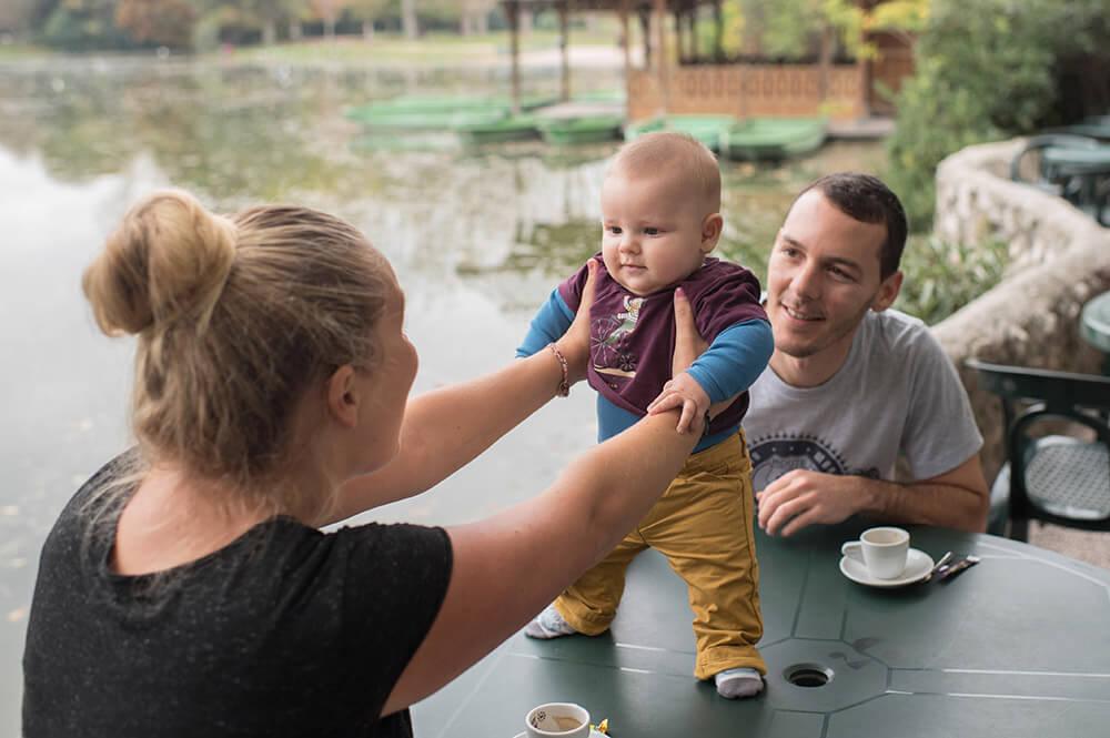 Portrait de bébé débout sur une table au lac Borély.