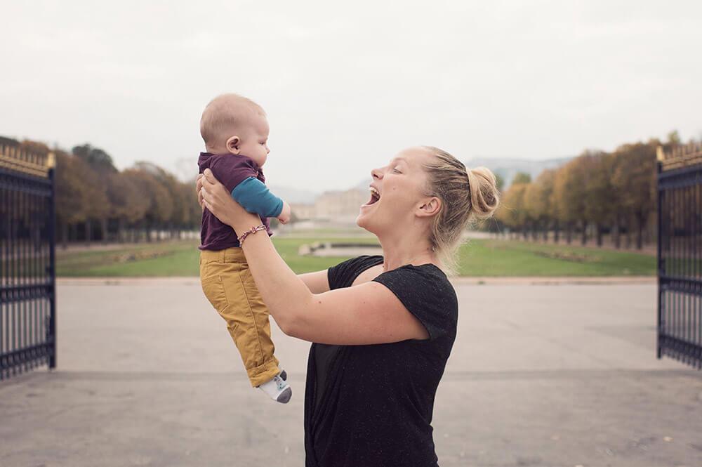 Portrait de bébé à l'entrée du parc Borély