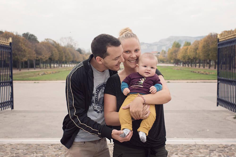 Portrait de famille devant les grilles de l'entrée du parc Borély.