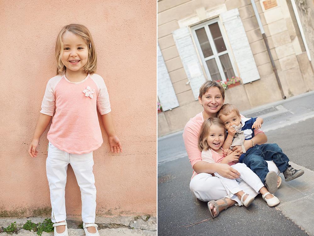 Portrait d'enfants dans les bras de leur maman.