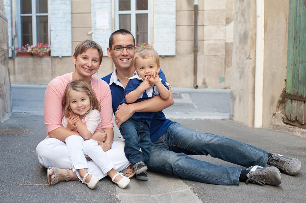 Portrait de famille assis par terre.