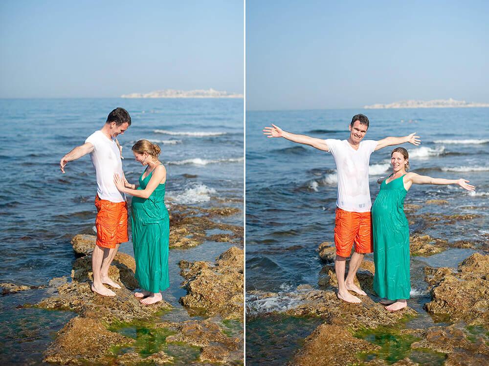 Un couple sur les rochers au bord de la mer