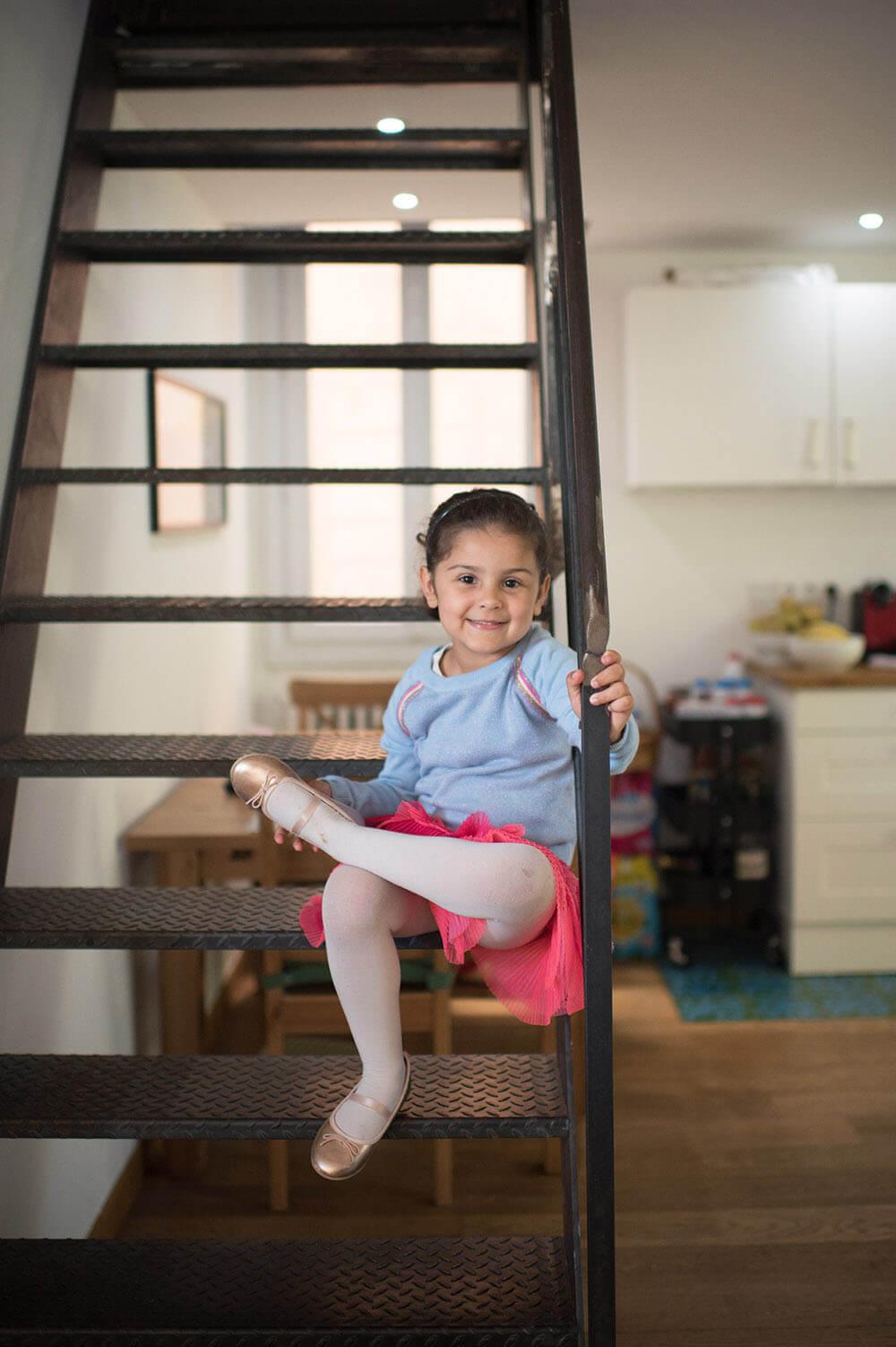 Jolie demoiselle prend la pause sur des escaliers.