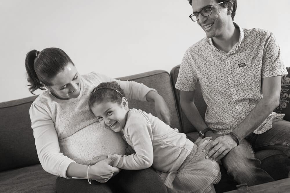 Enfant écoutant bébé bouger dans le corps de sa maman.