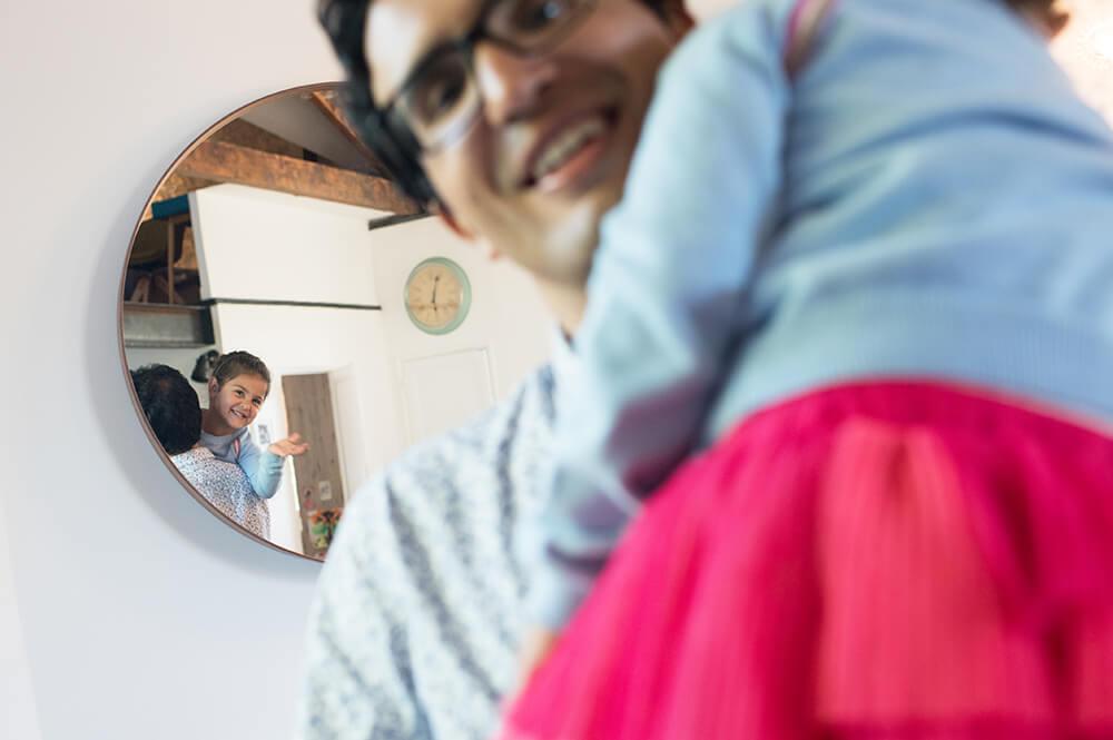 Portrait enfant dans un miroir.