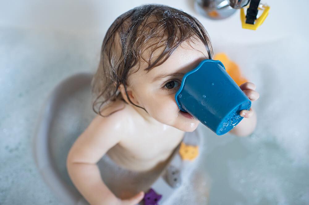 Enfant entrain de boire l'eau du bain. Pris sur le vif.