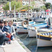 Portrait de famille avec des gâteaux sur le port de Cassis.