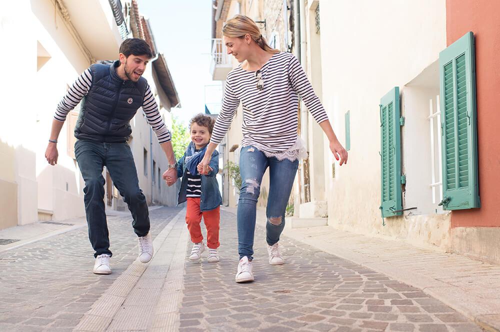 Jouer avec son enfant dans les rues de Cassis.