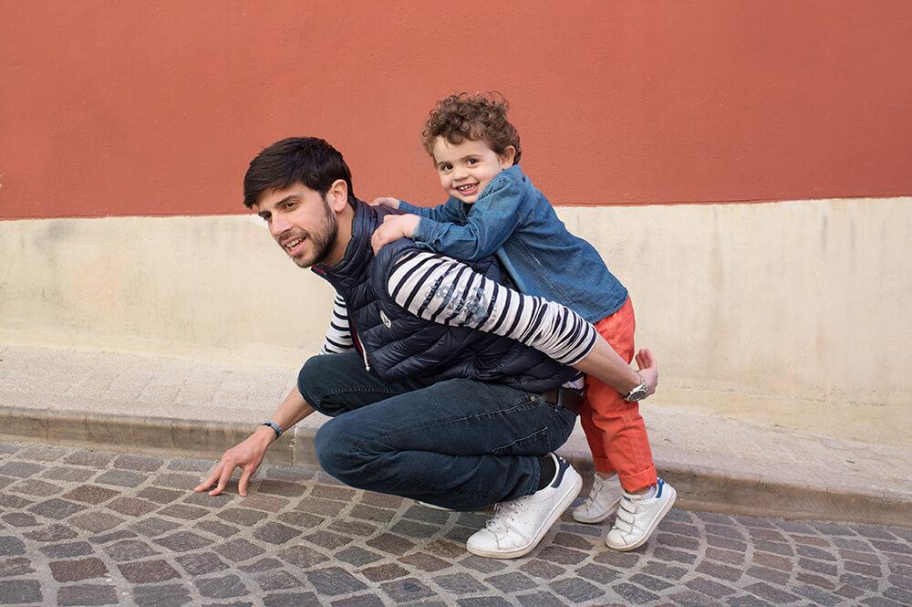 Portrait d'enfant et son père dans une ruelle en pavés.