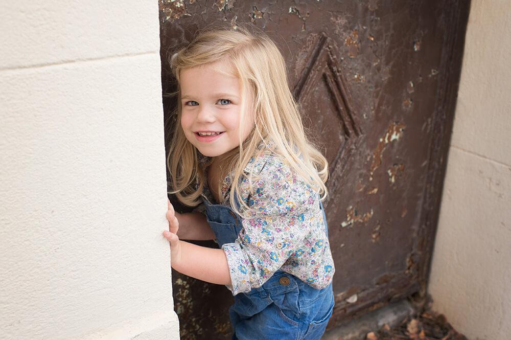Enfant qui joue à cache-cache