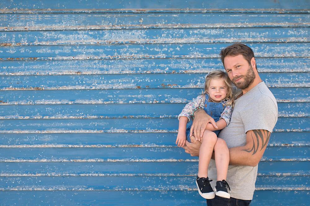 Un papa tient sa fille dans les bras