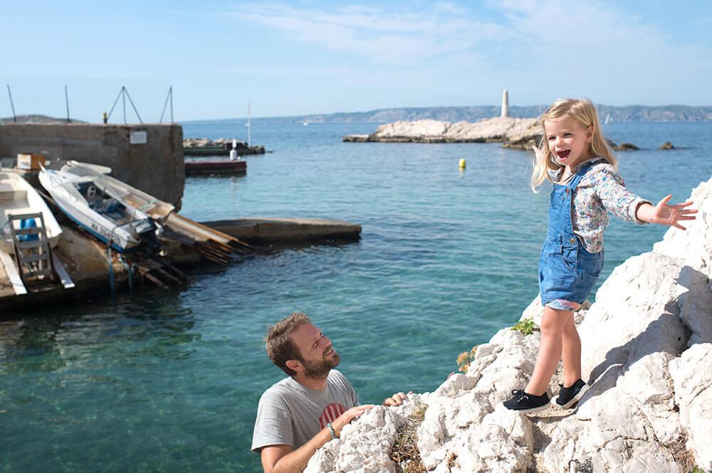 Enfant qui joue avec son père sur les rochers