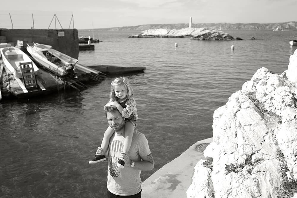 Photo Noir et blanc d'une fille et son père