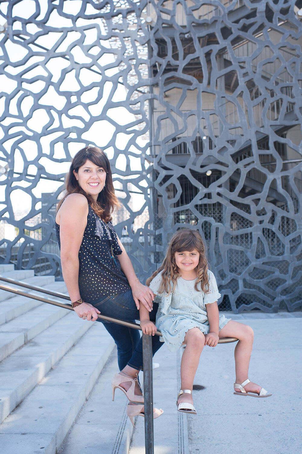 Portrait d'une jeune fille et de sa maman au MuCem.
