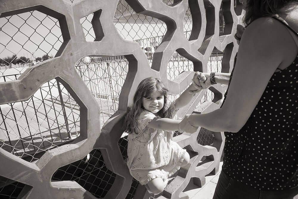 Photo en noir et blanc d'une fille et de sa maman au MuCem.