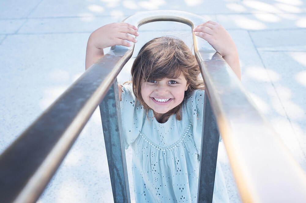 Sourire d'une enfant entrain de jouer