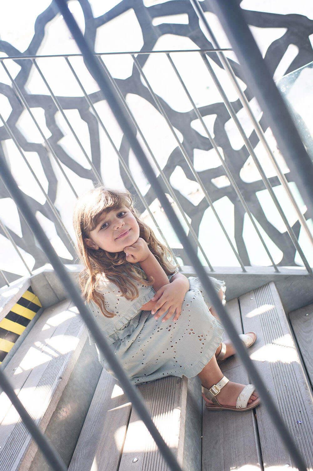 Jeune fille qui prend la pause sur les marche du MuCem.