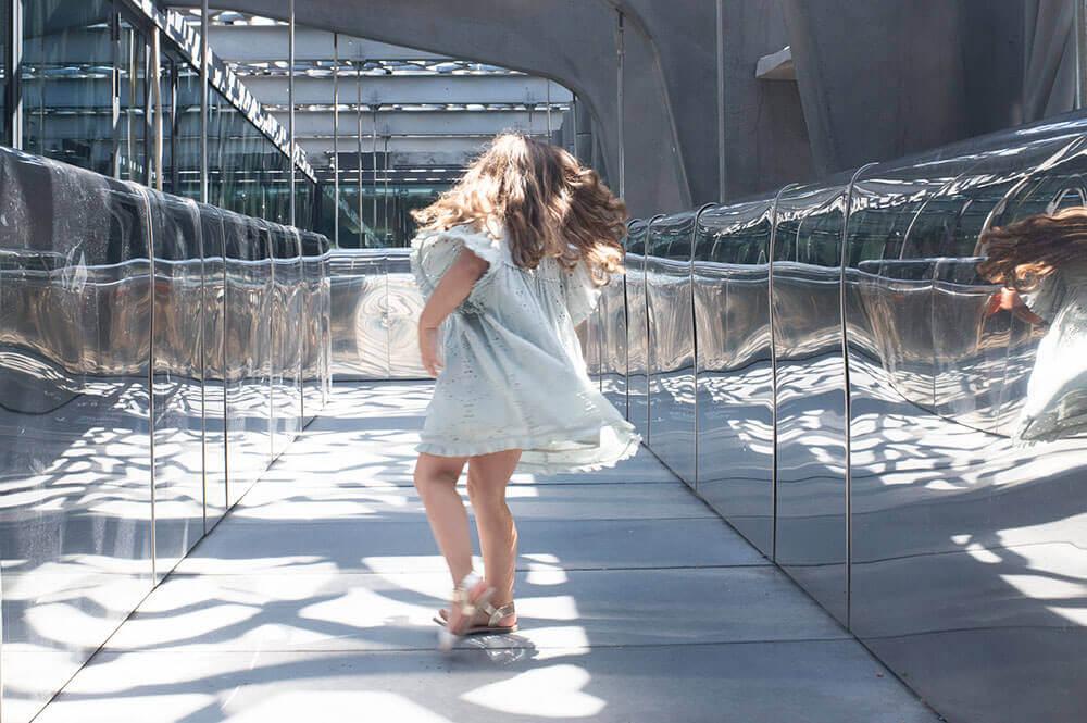 Jeune fille entrain de danser avec les miroirs des couloirs