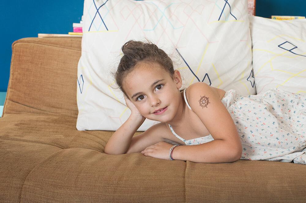 Portrait d'une jeune fille tatouée sur le bras