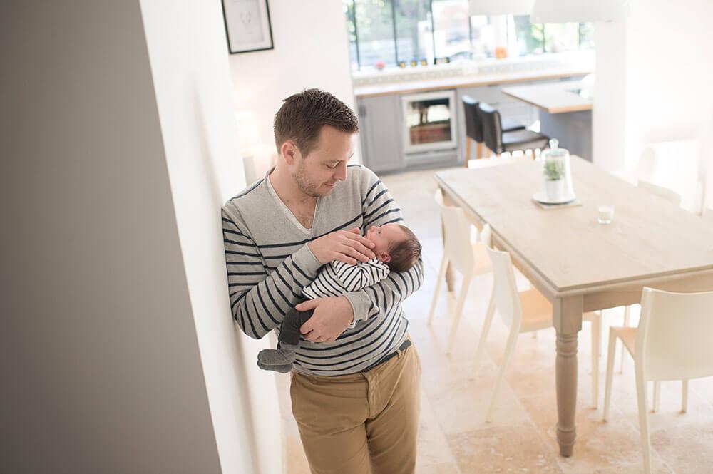 Nouveau-né en tête à tête avec son père dans la cuisine.