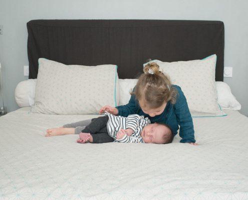 Câlin d'une grande sœur à son tout-petit frère.