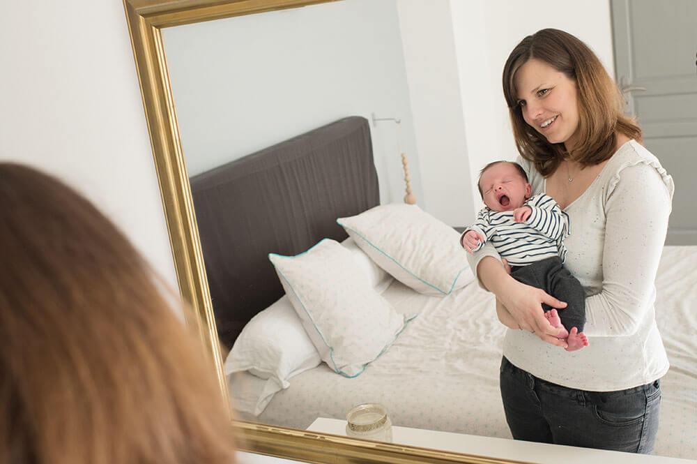 Photo reflet miroir. Bébé entrain de bailler.