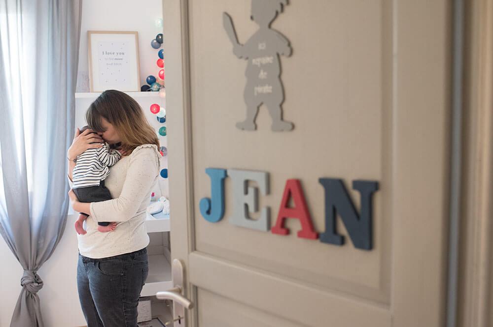 Portrait de bébé niché dans le cou de sa maman.