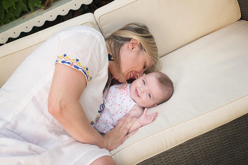 Bisous de maman dans le coucou de son bébé