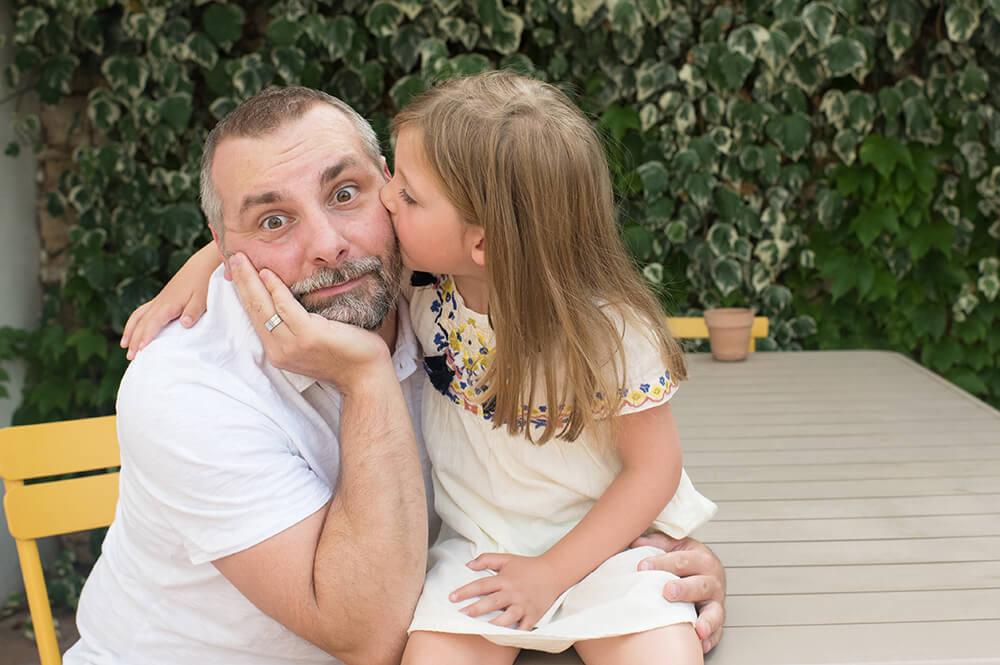 Bisous sur la joue de papa
