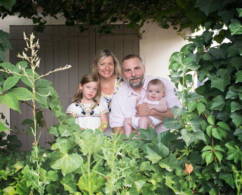 Séance photo famille à domicile à Ventabren. Portrait de famille dans la verdure