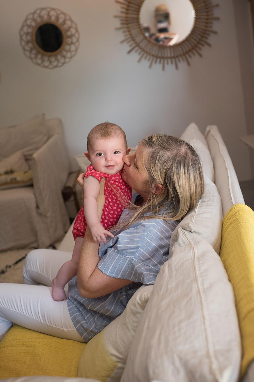 Câlin de maman sur canapé