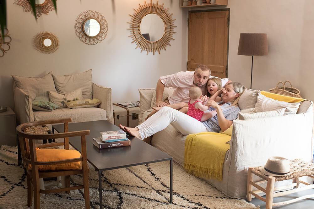 Famille sur le canapé. Vue du dessus.