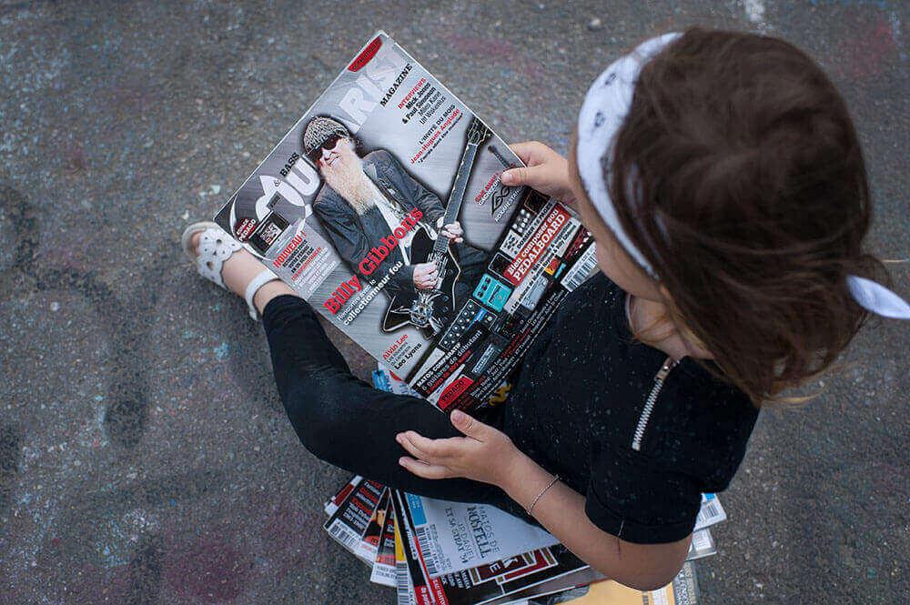Petite rockeuse entrain de lire son magazine de hard rock