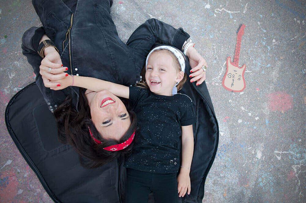 Portrait enfant dans une housse de guitare.