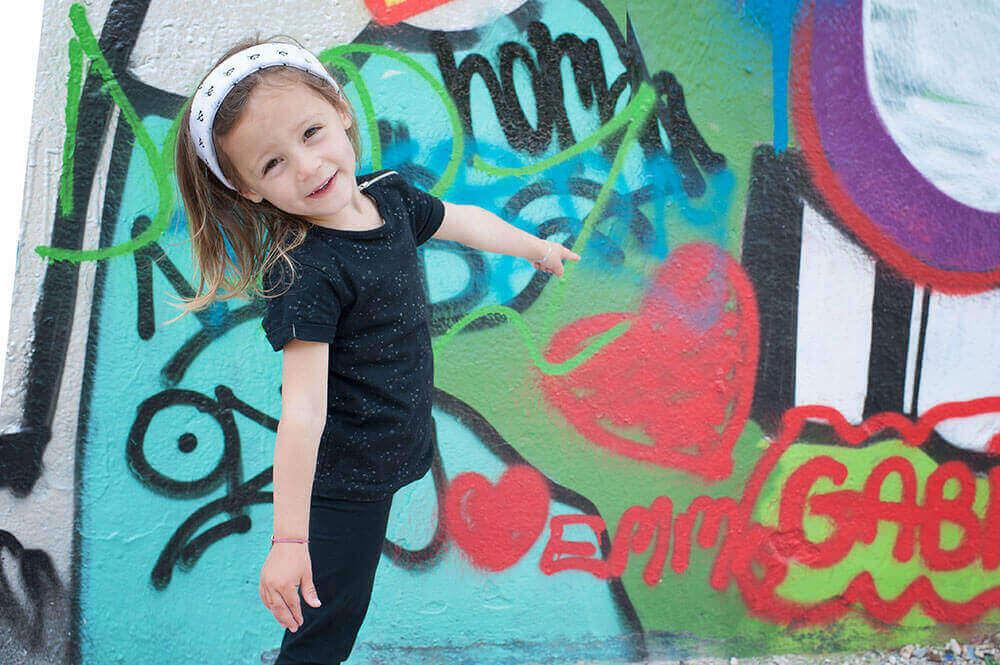 Enfant montrant un cœur en graffiti