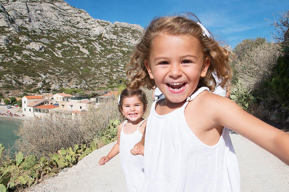 Enfants entrain de courir. Séance photo à Sormiou.