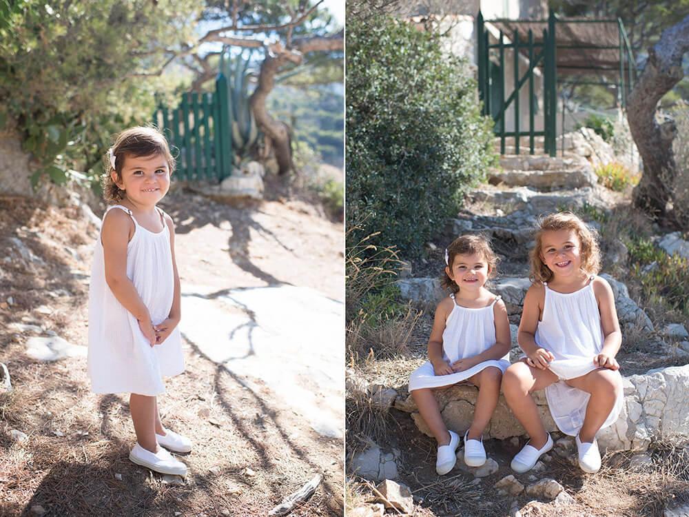Portrait fratrie sur une marche en pierre. Séance photo enfant.