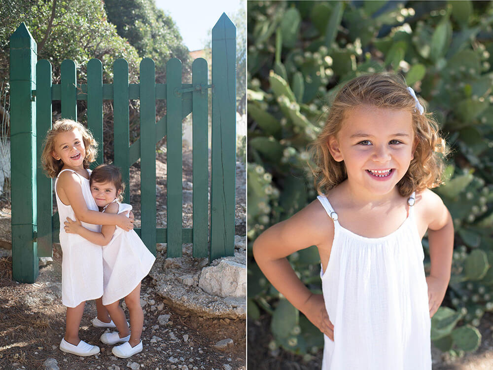 Portrait de sœurs devant un portail en bois vert. Moment-photo.