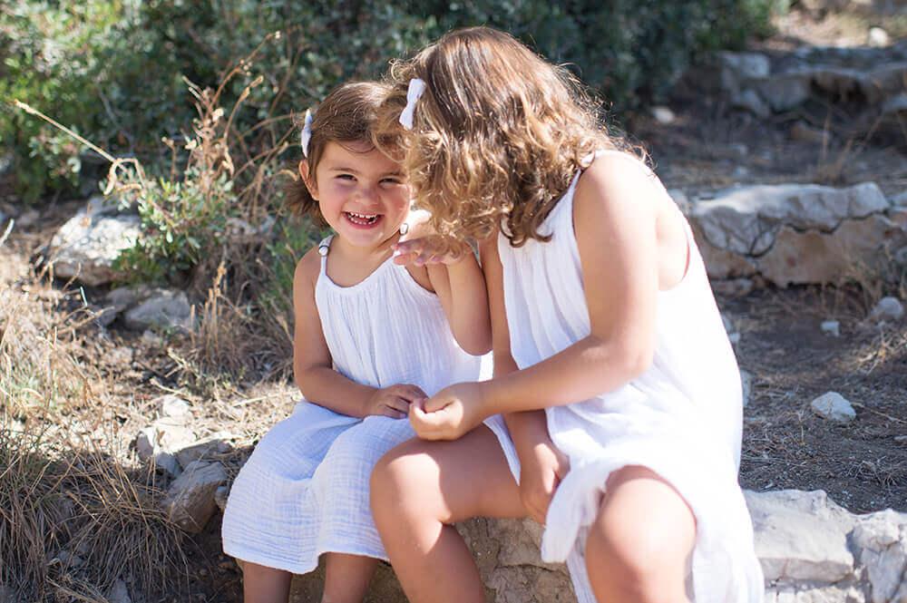 Portrait de sœurs habillées de la même façon avec une robe blanche.