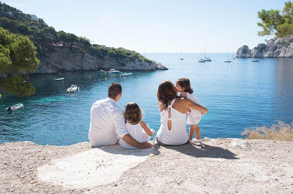 Portrait de famille regardant des voiliers au loin.