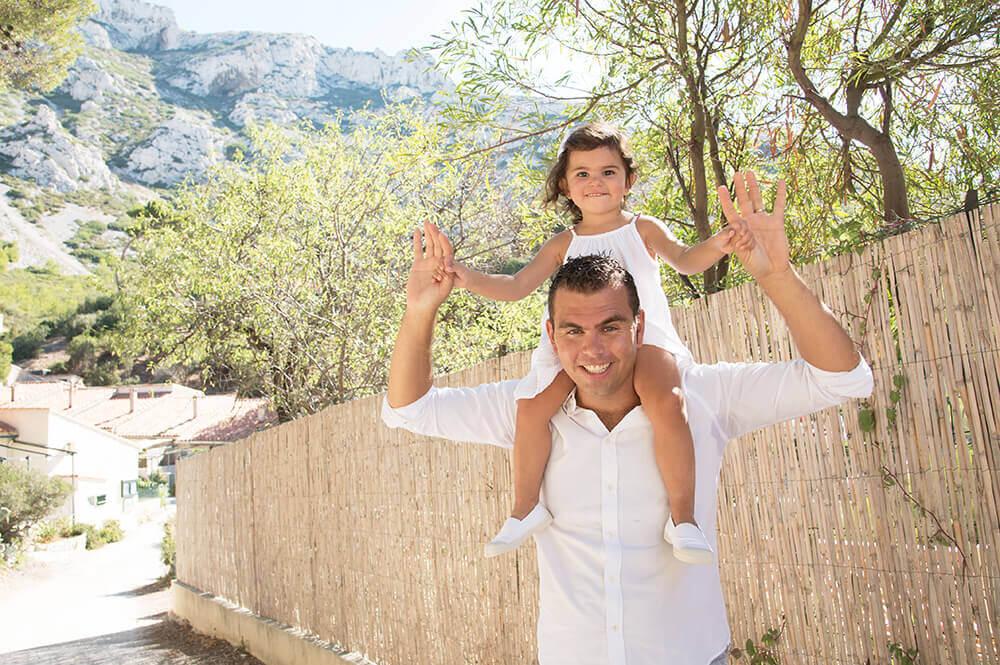 Portrait enfant sur les épaules de son père