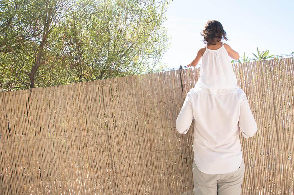 Regarder par dessus le mur. Portrait d'enfant sur les épaule de son papa. Séance photo Marseille.