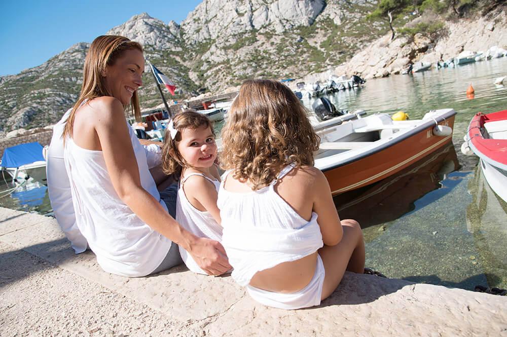 Moment-photo.Portrait de dos. Enfant regardant les bateaux de Sormiou.