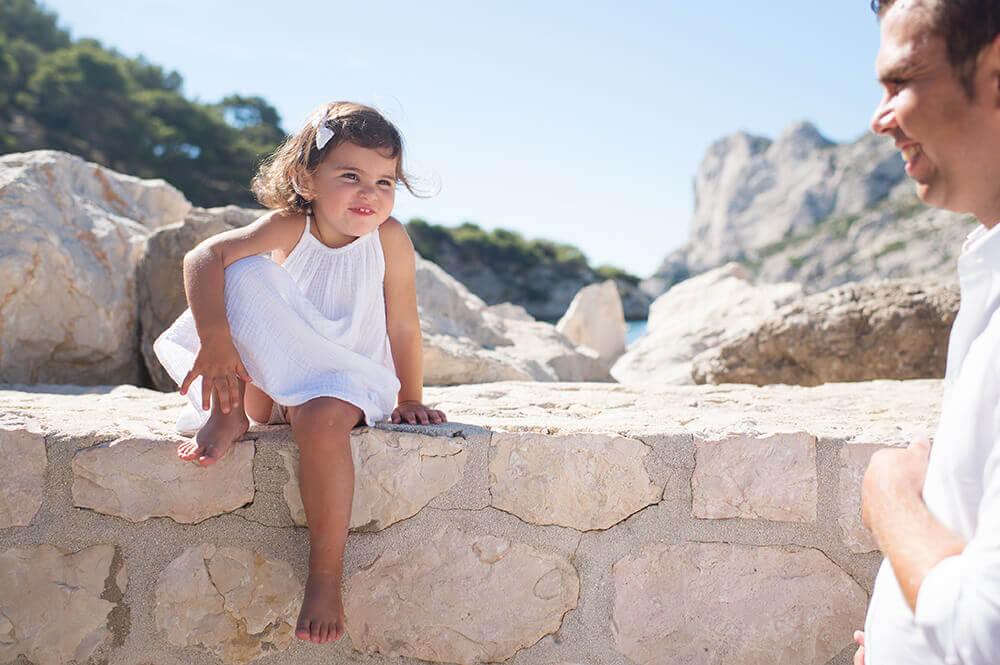 Portrait enfant à Sormiou. Pause décontractée sur le muret