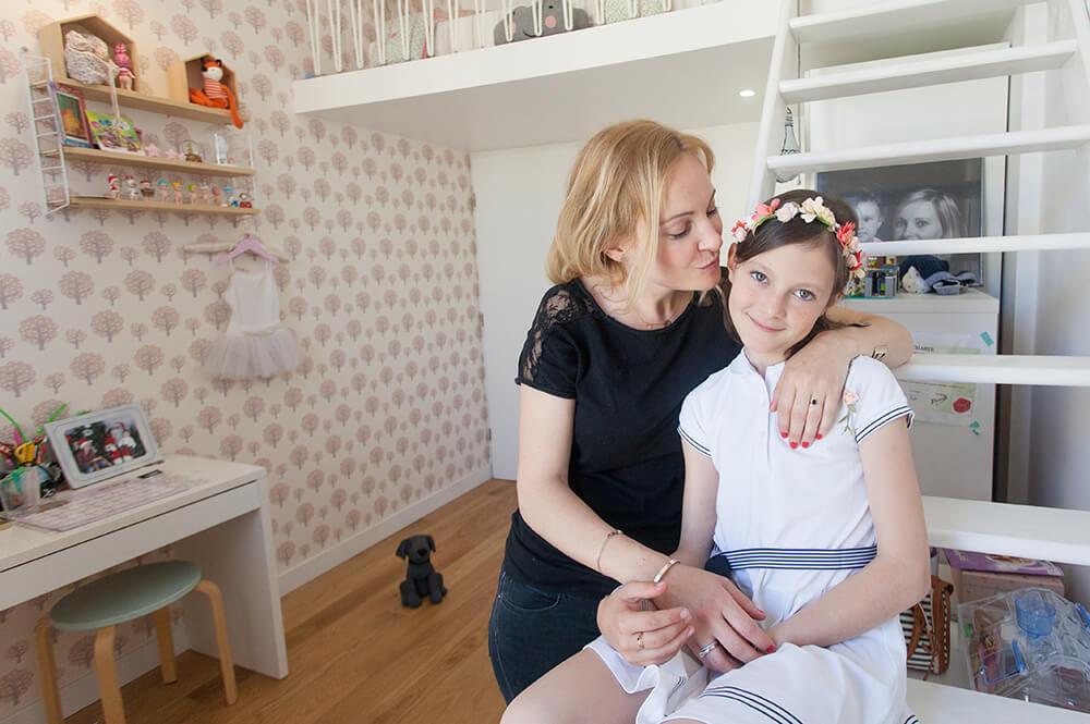 Portrait d'une jeune fille avec sa maman dans sa chambre rose.